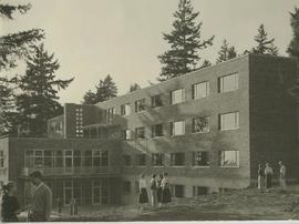 Hinderlie Hall and students, 1954